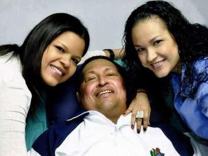 Hugo Chávez em foto com as filhas, antes de deixar Cuba e retornar a Caracas Foto: Ministry of Information / Reuters