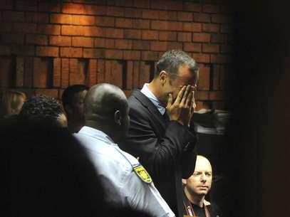 Oscar Pistorius chora após ser acusado de homicídio por matar sua namorada Foto: AP