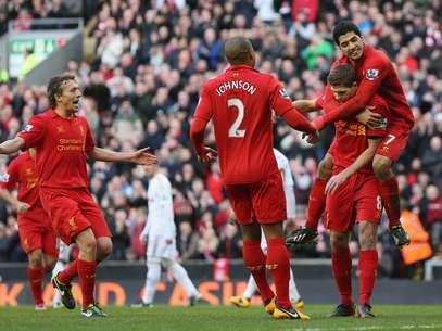 Capitão Steven Gerrard abriu o caminho para a goleada do Liverpool neste domingo Foto: Getty Images