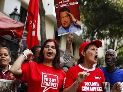 Simpatizantes de Chávez se reuniram na Praça Bolivar, em Caracas, para saudar o retorno do presidente Foto: AP