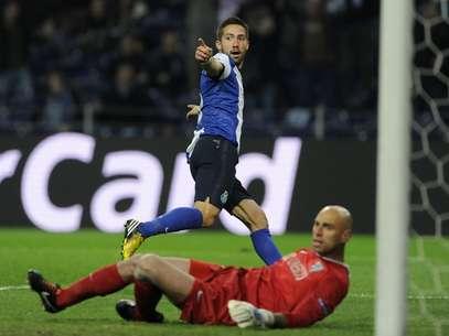 João Moutinho comemora o gol da vitória do Porto Foto: AP