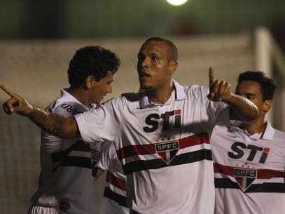 Luís Fabiano comemora gol em partida dura contra o São Caetano Foto: Eduardo Viana / Agência Lance