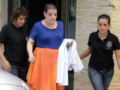 Médica chefe da UTI do hospital Evangélico, Virgínia Helena Soares de Souza, sendo conduzida por policiais  Foto: Henry Milléo/Gazeta do Povo / Futura Press