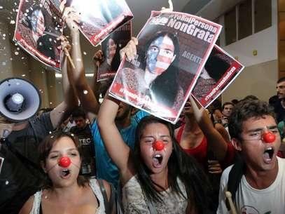 Manifestantes protestam contra a visita ao país de Yoani Sánchezdurante evento na região central de São Paulo nesta quinta-feira Foto: Paulo Whitaker / Reuters