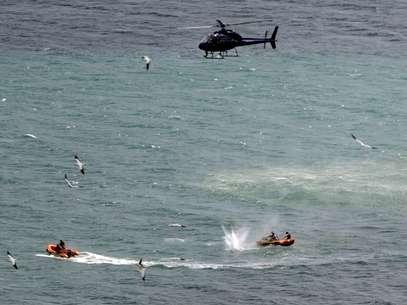 Policiais atiram contra tubarão na tentativa de recuperar corpo de banhista Foto: AP