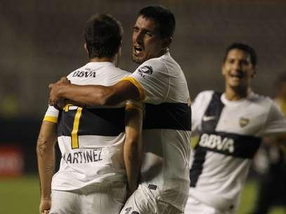 Boca contou com gol de Martínez (à esquerda) para vencer o Barcelona Foto: AP