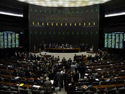 Parabéns Brasil: Câmara acaba com 14º e 15º salários de parlamentares