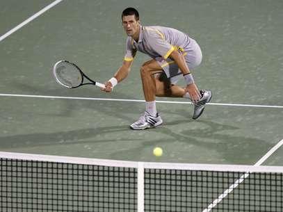 Djokovic se agacha para fazer bate-pronto na vitória sobre Seppi Foto: Reuters