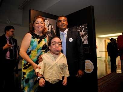 Regina e Dudu aparecem ao lado do deputado federal Romário em evento em Brasília para conscientizar sobre as doenças raras Foto: Divulgação