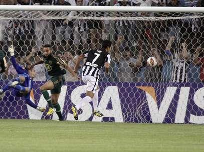 Defesa palmeirense foi ineficaz nas bolas aéreas e sofreu dois gols de cabeça Foto: Reuters