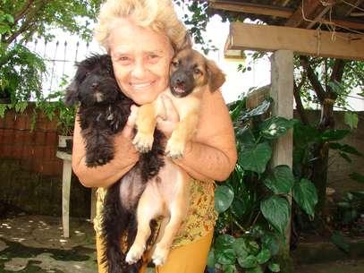 Maria Montagna, 75 anos, foi escolhida pela ONG para receber a doação. Ela cuida de animais abandonados desde 1999 Foto: Jaime Batista da Silva / vc repórter
