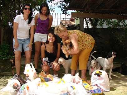 Os alunos da Furb doaram, na tarde de sábado, 50 kg de ração à ONG Hachi, que repassou a ajuda à aposentada Maria Montagna Foto: Jaime Batista da Silva / vc repórter