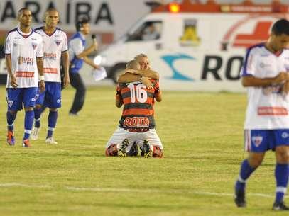 Campinense comemora classificação em casa diante do Fortaleza Foto: Manuel Pereira / Futura Press
