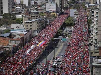 http://p2.trrsf.com.br/image/fget/cf/407/305/images.terra.com/2013/03/06/venezuelacortejoviadutocaracasrts1.JPG