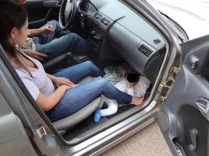 Bebê estava em acolchoado acomodado sobre o tapete do carro, aos pés da mãe, no banco da frente Foto: PRF-SC / Divulgação