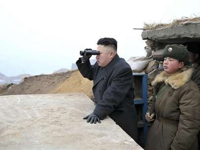 Líder norte-coreano, Kim Jong-un, durante visita a instalações militares próximas da fronteira com o Sul Foto: KCNA / Reuters
