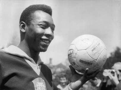 Em 11 páginas, ficha de Pelé descrevemovimentos financeiros do ex-jogador e dá destaque a um atentado a tiros em 1973 Foto: Getty Images