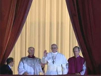 O papa Francisco aparece no balcão central da Basílica de São Pedro pela primeira vez como Sumo Pontífice Foto: Reprodução