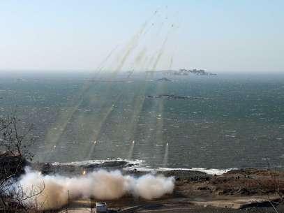 Artilharia norte-coreana conduze treino militar em meio às tensões com a Coreia do Sul Foto: Reuters