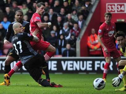 Morgan Schneiderlin chuta para fazer um dos gols da vitória do Southampton sobre o Liverpool Foto: Reuters