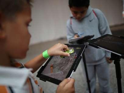 """Crianças brincam com aplicativo de tablet em Londres: """"temos que trazer isso para dentro das escolas"""" Foto: Getty Images"""