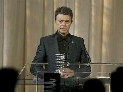 Cantor David Bowie recebe prêmio por Conjunto de Realizações na Carreira (Lifetime Achievement) na premiação Webby, que homenageia conteúdo online, em Nova York, em junho de 2007. David Bowie voltou ao topo das paradas de álbuns britânicas no domingo pela primeira vez em 20 anos, com uma coleção de novas gravações aclamada por um crítico como o