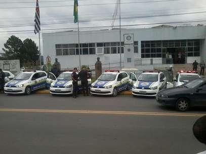 Viaturas da Guarda Civil foram enfileiradas em frente à prefeitura de Cotia Foto: Cloves Ferreira / vc repórter