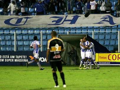 Jogadores do Avaí comemoram gol em empate no clássico com o Criciúma Foto: Fernando Ribeiro / Futura Press