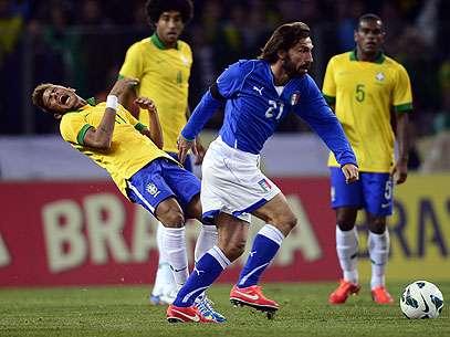 Neymar sofre com a presença de Pirlo; atacante teve boa atuação no primeiro tempo Foto: AFP