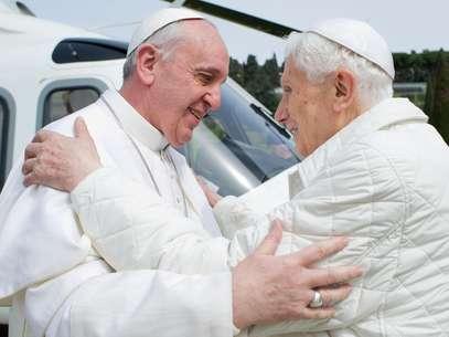 Francisco cumprimenta Bento XVI em sua chegada a Castel Gandolfo, onde Joseph Ratzinger está vivendo temporariamente Foto: OSSERVATORE ROMANO / AFP