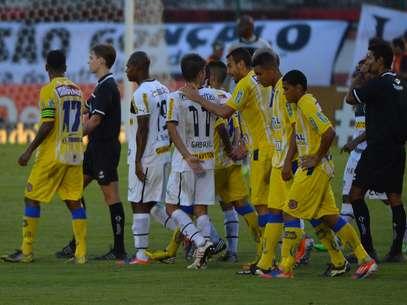 Philip Bennett e as reclamações botafoguenses após expulsão de Seedorf Foto: Bruno de Lima / Lancepress!