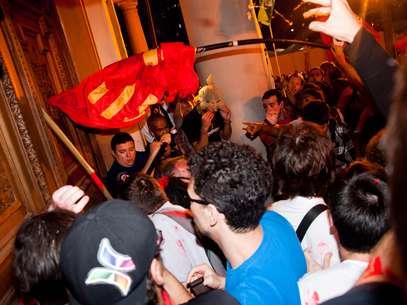 Manifestantes tentaram invadir o prédio da prefeitura no primeiro protesto ocorrido em Porto Alegre, em março deste ano Foto: Diogo Sallaberry/LLPhoto Press / Futura Press