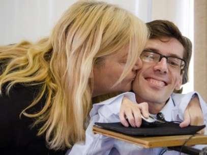 Orgulhosa, a mãe beija Dusik após a conclusão do mestrado na UFRGS Foto: Thiago Cruz/UFRGS