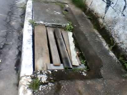 Pedaços de madeira foram colocados em bueiro sem tampa na zona norte de São Paulo Foto: Alecir Macedo / vc repórter