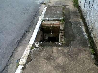 Foto tirada no dia 2 de março mostra bueiro já sem a tampa Foto: Alecir Macedo / vc repórter