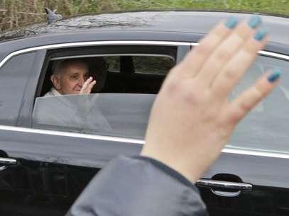 Papa acena na chegada ao centro corretivo de menores de Casal del Marmo Foto: AP