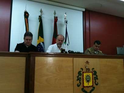 O secretário Airton Michels (centro) falou sobre o trabalho da polícia após a morte de três taxistas em Porto Alegre Foto: Daniel Favero / Terra