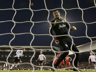 Júlio César se vira após levar gol de pênalti convertido por Berbatov na derrota do QPR Foto: AP