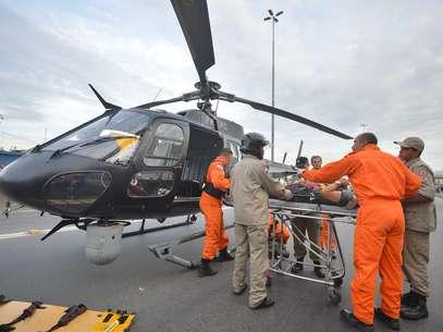 Bombeiros embarcam vítima de acidente em helicóptero Foto: Bruno de Lima / Frame