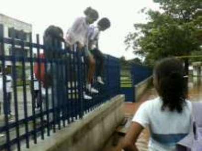Alunos pulam muro com ferro para conseguir sair da escola Foto: Flavia Mara de Aquino Mendonça / vc repórter