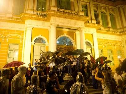 Sob forte chuva, centenas de manifestantes comemoram liminar judicial que derrubou o valor da passagem de ônibus de Porto Alegre de R$ 3,05 para R$ 2,85. Foto: Vinicius Costa / Futura Press