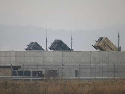 Baterias antimísseis do Exército dos Estados Unidos são vistas na base aérea norte-americana em Osan, ao sul de Seul, na Coreia do Sul, nesta sexta-feira. 05/04/2013 Foto: Lee Jae-Won / Reuters