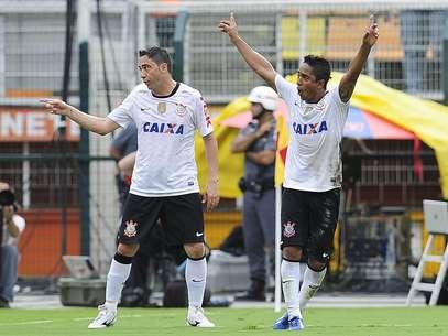Jorge Henrique comemora gol diante do São Bernardo Foto: Marcelo Pereira / Terra