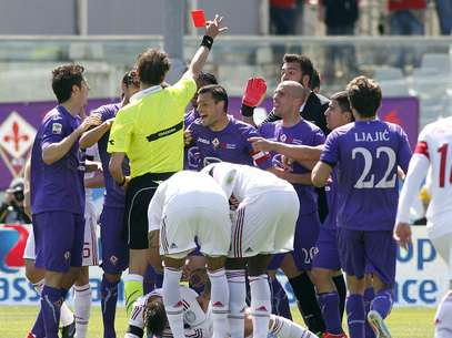 Fiorentina perdeu o zagueiro Tomovic expulso no 1º tempo Foto: AP