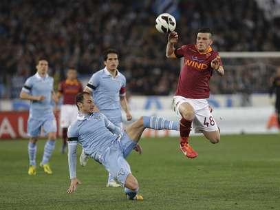 Stefan Radu disputa bola com Alessandro Florenzi no clássico desta segunda-feira; Lazio e Roma empataram por 1 a 1 Foto: Reuters