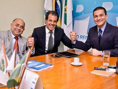 O ato foi acompanhado pelo presidente da legenda, Marcos Pereira, e pelo líder do PRB na Câmara dos Deputados, deputado George Hilton (MG) Foto: PRB / Divulgação