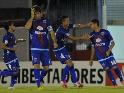 Jogadores do Tigre comemoram vitória sobre o Sporting Cristal Foto: EFE