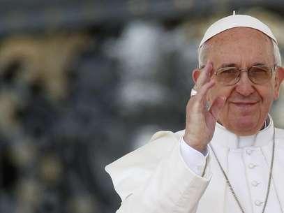 Papa Francisco cumprimenta o público em sua audiência semanal na Praça de São Pedro, no Vaticano Foto: Giampiero Sposito / Reuters