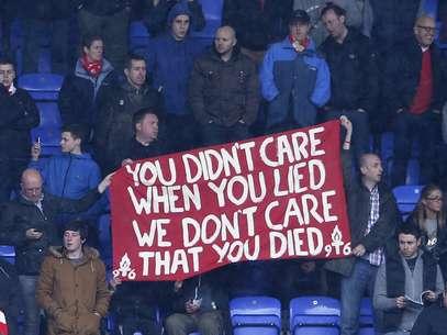 """""""Você não ligou quando mentiu, nós não ligamos que você morreu"""", disse a faixa da torcida do Liverpool Foto: Reuters"""