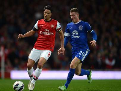 Arteta e Barkley disputam posse de bola no jogo Foto: Getty Images